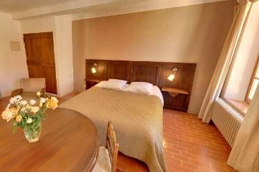 belle chambre avec salle de bain privative et vue sur le jardin au monastère de Ségriès à Moustiers