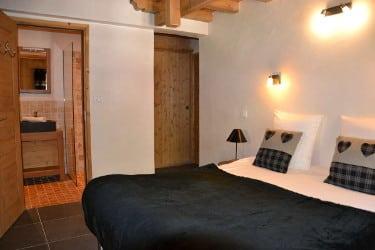 Une chambre avec salle de bain au chalet le Sabot de vénus à Champagny