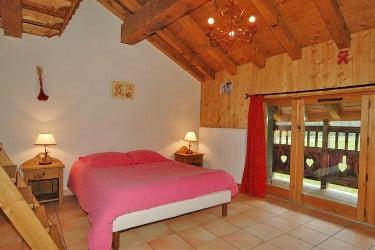 chambre avec petit balcon et mezzanine au chalet Le Gaulois à Champagny dans les Alpes