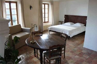 Une chambre avec salle de bain au Monastère de Ségriès en Provence