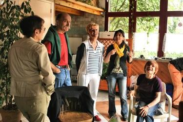 Un groupe de cinq personnes de bonne humeur discutant
