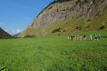 un groupe de diz personnes faisant de la gym dans une prairie à Champagny-le-Haut dans les Alpes