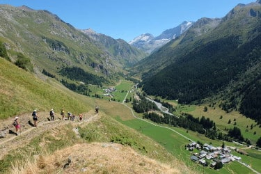 Randonnée dans le vallon de Champagny-le-Haut en Vanoise avec une vue sur toute la vallée et la station de Tignes au fond