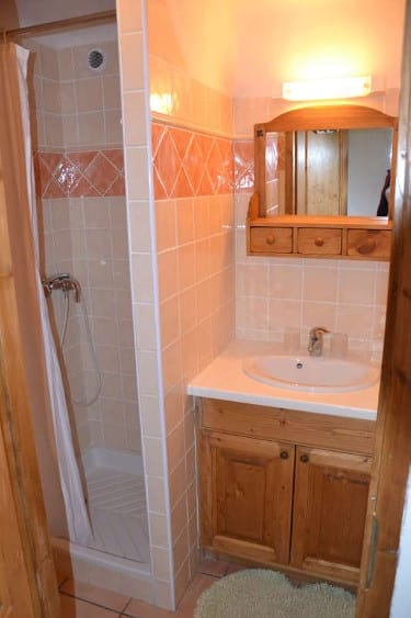 Salle d'eau avec douche et lavabo au chalet le Gaulois à Champagny dans les Alpes
