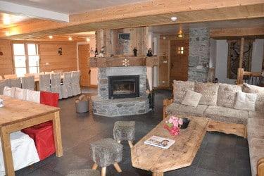 Le salon avec cheminée et la salle à jeûner au chalet le Sabot de Vénus à Champagny