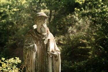 Une statue d'un moine cistercien au Monastère de Ségriès à Moustier-Ste-Marie