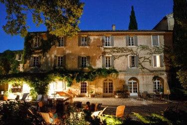 Un groupe de jeûneurs en soirée dans des chaise-longues sur la terrasse du Monastère de Ségriès en Provence