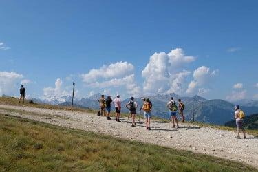 Promenade d'un groupe de jeûne et randonnée en montagne avec une vue sur Courchevel lors d'un stage de CHEMIN DE LA SANTÉ à Champagny dans les Alpes