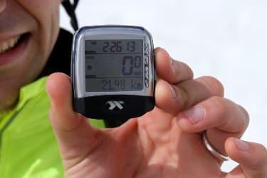 Gros plan sur le compteur de vélo affichant la distance et le temps pour l'ascension du Mont Ventoux