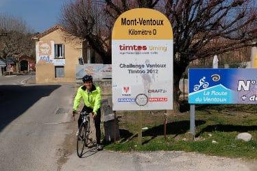 Clemens Hesse au panneau du point de départ de l'ascension du Mont Ventoux à Bédoin en vélo de route