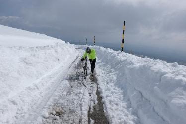 Clemens Hesse en train de pousser son vélo sur une partie couverte de glâce de la route menant au sommet du Mont Ventoux