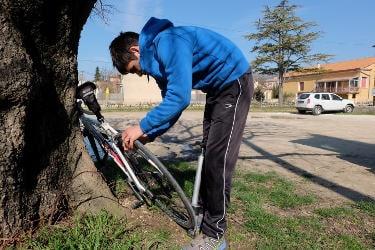 Clemens Hesse sur un parking à Bédoin au pied du Mont Ventoux en train de gonfler les pneus de son vélo de route