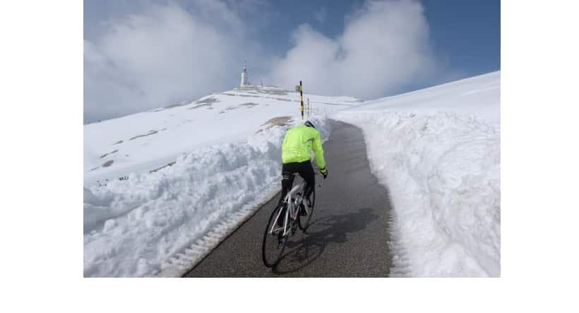 Clemens Hesse en train de monter au Mont Ventoux en vélo de route en jeûnant