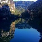reflets dans la surface de l'eau du Verdon dans les Basses Gorges à Quinson lors d'une promenade