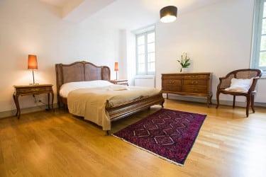 Une chambre spacieuse au domaine Le Colombier
