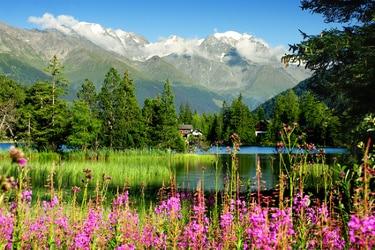 Vue sur le lac de Champex en Suisse lors du Tour du Mont Blanc