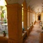 Un couloir du cloître du Monastère de Ségriès en Provence