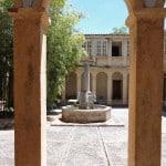 Une fontaine au milieu du cloître du Monastère de Ségriès avec une poussée de bambou