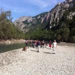 groupe de participants d'un stage jeûne et randonnée dans une plage dans les Gorges du Verdon