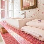 Une salle de bain d'une chambre au domaine Le Colombier