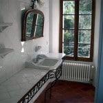 Une salle de bain d'une chambre avec vue sur le jardin du Monastère de Ségriès en Provence