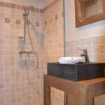Une salle de bain privative avec douche italienne au chalet le Sabot de Vénus
