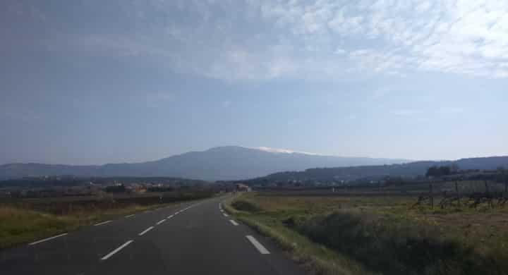 Le Mont Ventoux vu de loin de la route qui mene à Bédoin