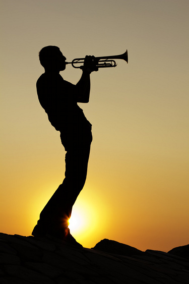 Silhouette joueur de trompette coucher de soleil