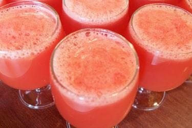 verres de jus de fruits frais