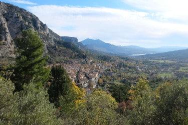 Vue sur Moustiers-Ste-Marie, le lac Ste.Croix et le Grand Margès d'un sentier de randonnée dans les oliveraies