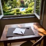 Bureau avec vue sur la piscine et le jardin du domaine Le Colombier à Villardonnel