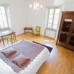 Une chambre lumineuse avec vue sur le jardin et bureau au domaine Le Colombier à Villardonnel