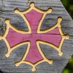 La croix Cathare sur une balise de randonnée