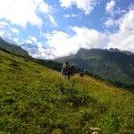 un groupe de stagiaires jeûne et randonnée sur un sentier en balcon dans les Alpes