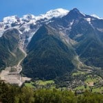 Vue panoramique de la vallée de Chamonix et du massif du Mont Blanc avec le sommet
