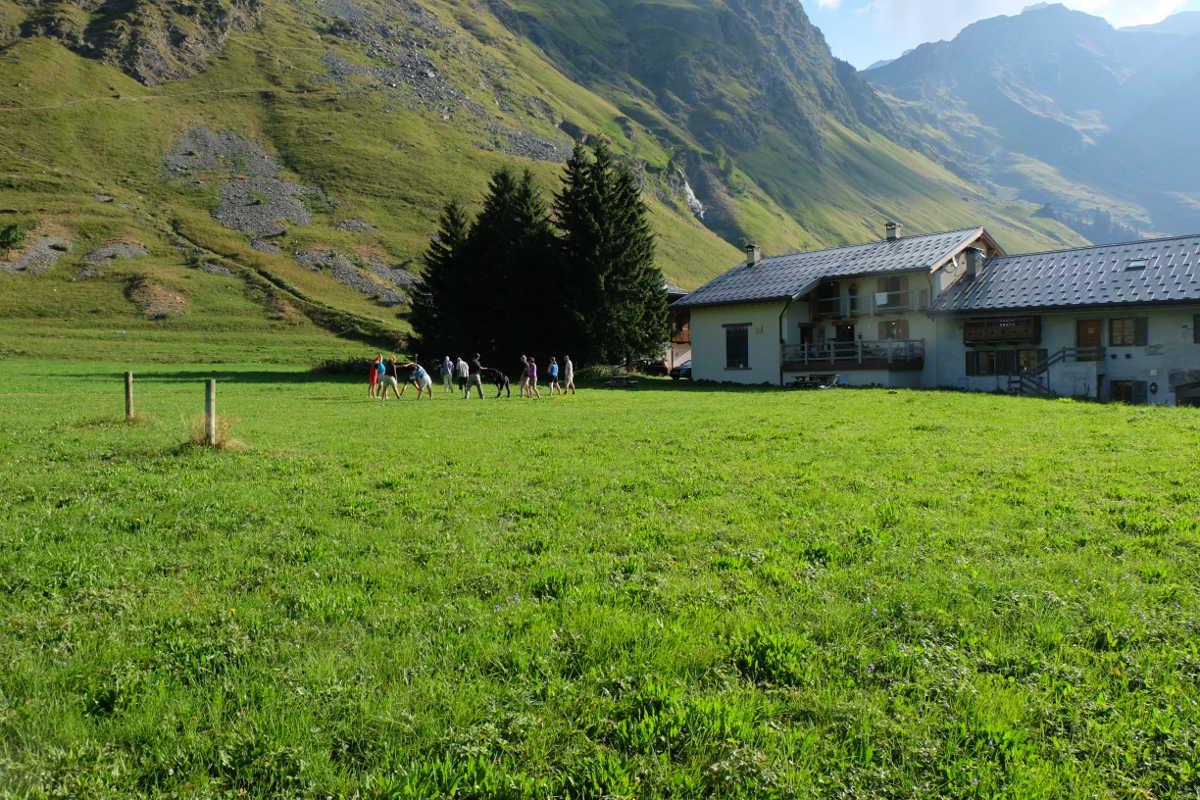 gymnastique pelouse chalets champagny jeune et randonnee - Stage jeûne, randonnée et chant