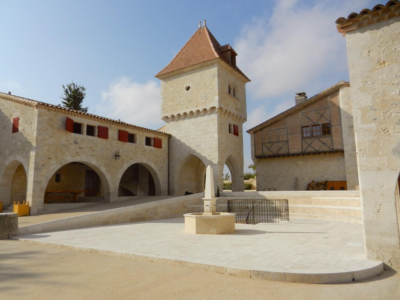 cour hameau medieval detox luxe 1440x1080 - Château de Guirauton - nouvelle version