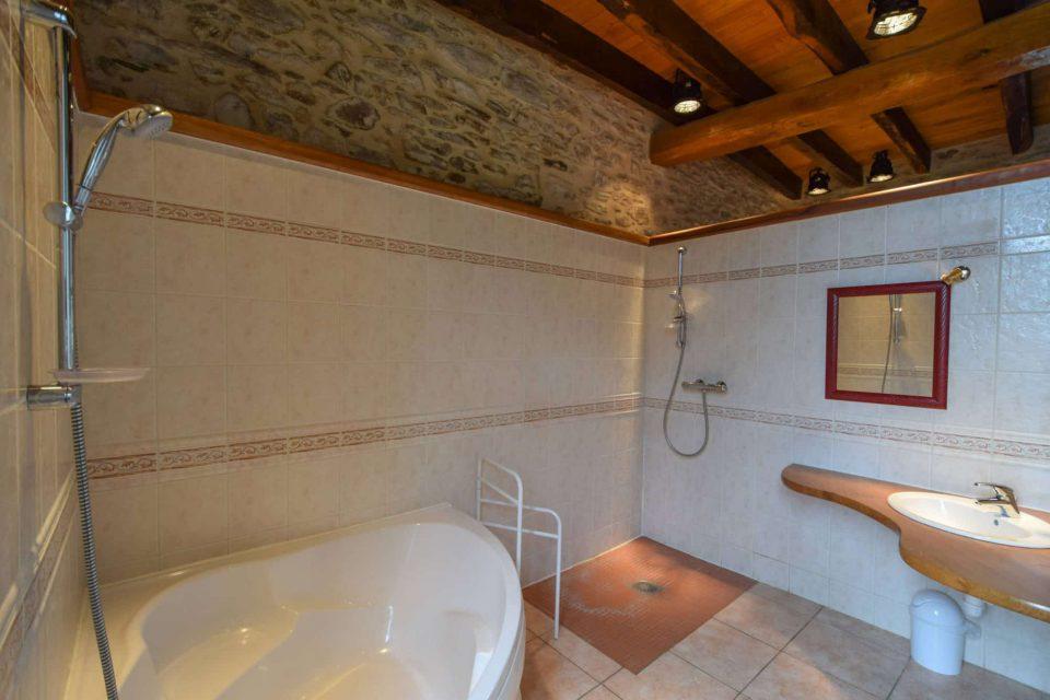 salle de bain domaine essendieras perigord detox confort 1 960x640 - Domaine d'Essendiéras