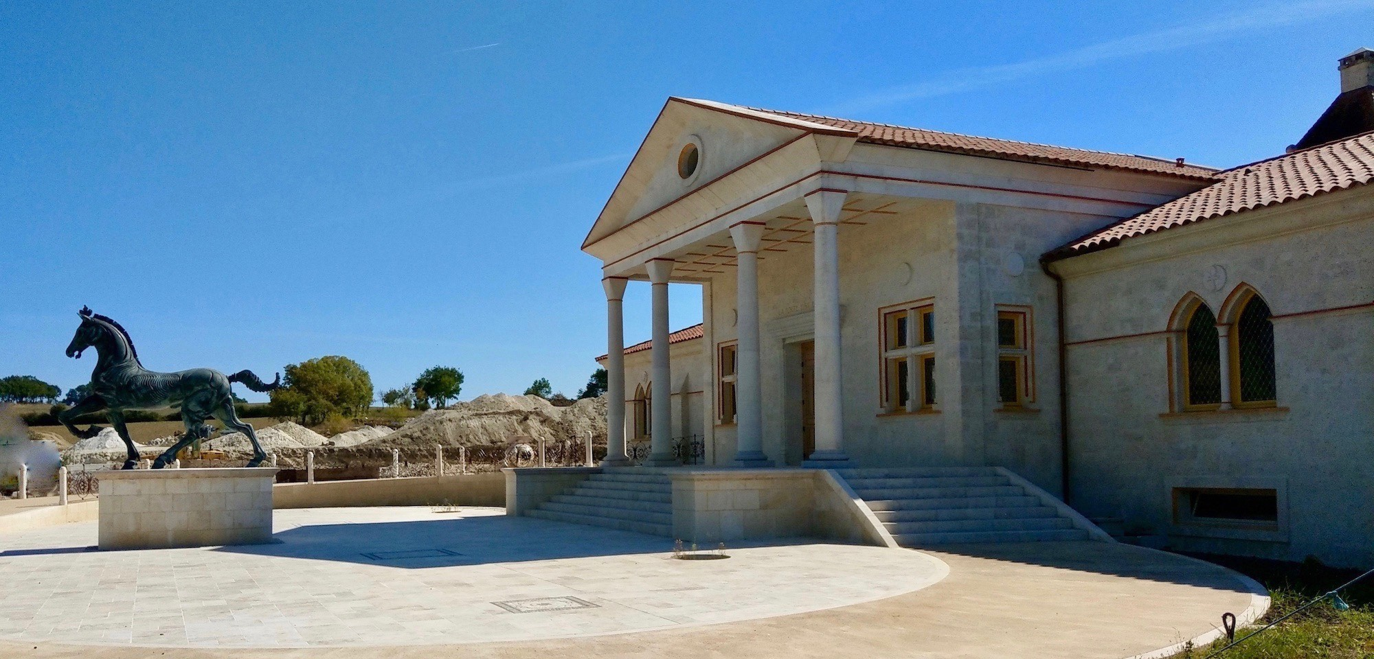 château entrée jeune confort luxe 2000x960 - Gers - Château de Guirauton