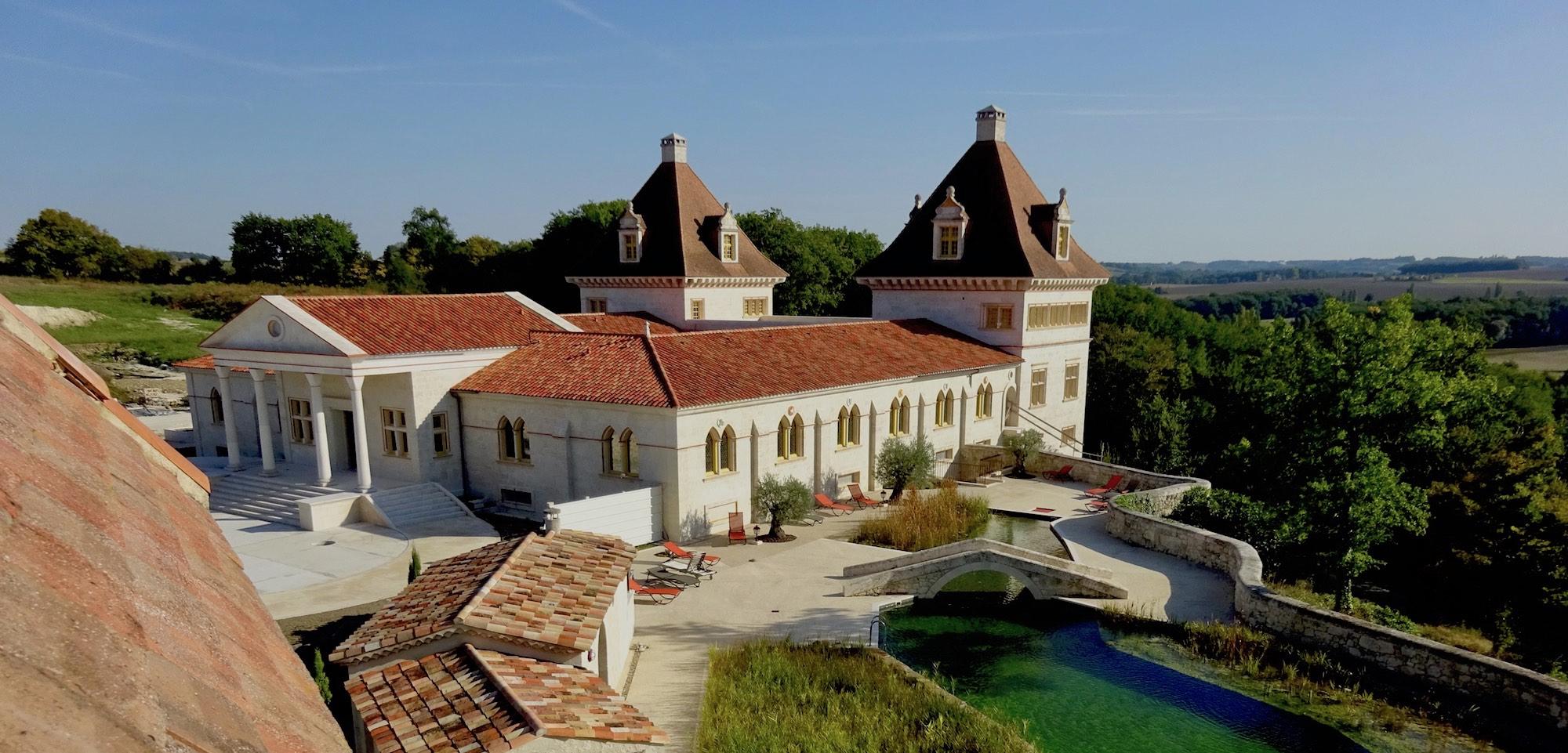 château piscine jeune confort luxe 2000x960 - Gers - Château de Guirauton