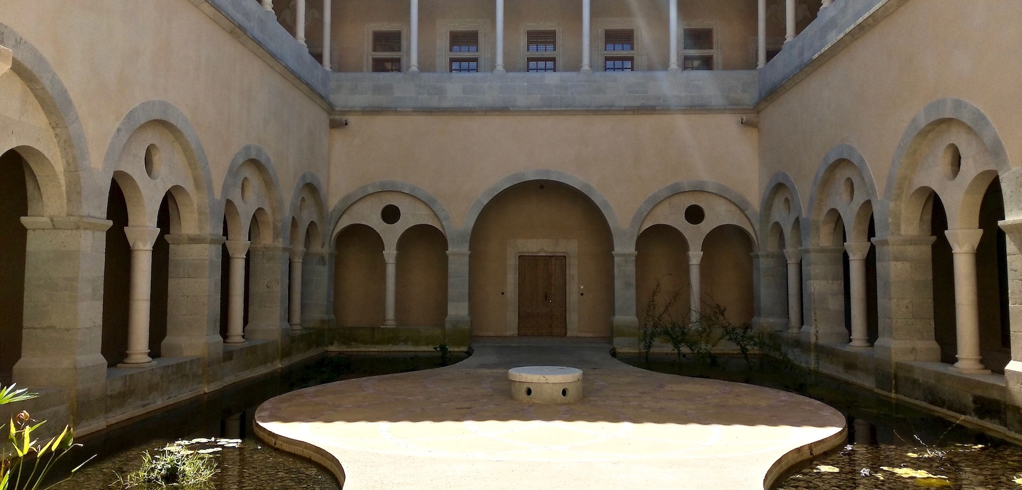 cloître jeune confort luxe 2000x960 - Gers - Château de Guirauton